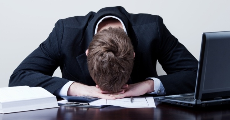 midia-indoor-economia-emprego-trabalho-trabalhador-funcionario-estresse-negocio-executivo-chefe-depressao-ocupacao-demissao-desemprego-escritorio-workaholic-tristeza-salario-127065469362